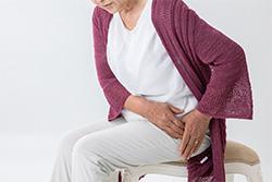 股関節痛の女性
